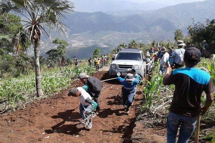Pobladores habilitaron otra ruta para que el alcalde no fuera retenido. (Foto Prensa Libre: Héctor Cordero)