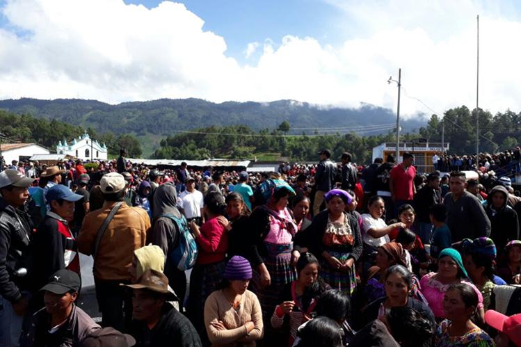Pobladores de Chiul en el parque de la aldea, donde tienen al alcalde de Cunén. (Foto Prensa Libre: Héctor Cordero)