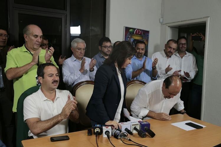 Sandra Torres se retira de la conferencia en su oficina. (Foto Prensa Libre: Paulo Raquec)