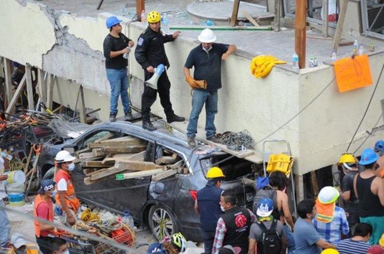 Rescatistas buscan a más víctimas entre los escombros del Colegio Rébsamen en México. (Foto Prensa Libre: www.noticierostelevisa.com)