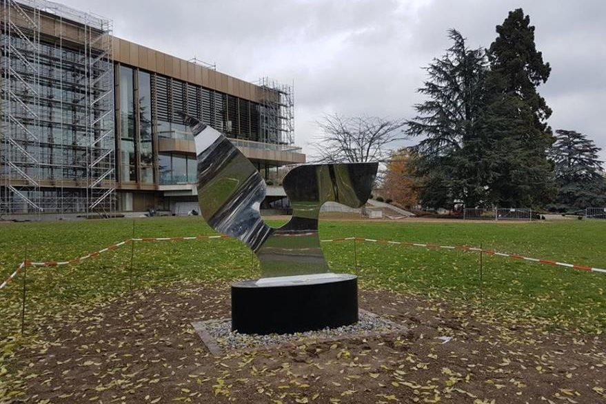 Ángel de la Paz colocado en Ginebra, Suiza, por el artista Pepo Toledo. (Foto Prensa Libre: Facebook)