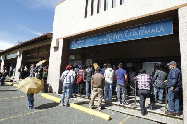 Los guatemaltecos hacen fila en el centro de emisión de pasaportes para obtener dicho documento. (Foto Prensa Libre: Hemeroteca PL)