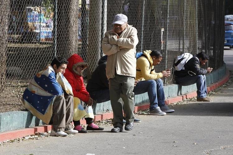 No guarde los abrigos, téngalos cerca porque el frío no se acaba. (Foto Prensa Libre: Hemeroteca PL)