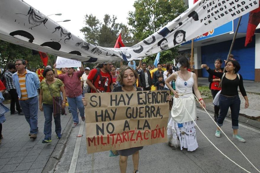 Grupos sociales marchan contra el militarismo y rechazan desfile del Ejército. (Foto Prensa Libre: Paulo Raquec)