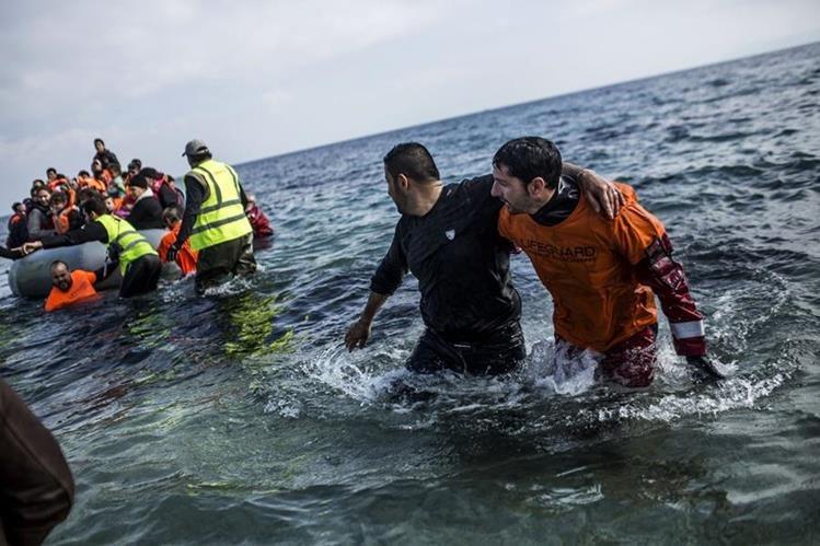 Centenares de personas que huyen de la guerra civil siria llegan a las costas de Grecia. (Foto Prensa Libre: AFP)