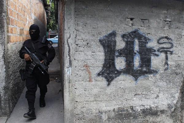 <span>Un policía</span> <span>patrulla un barrio controlados por las pandillas </span><span>en San</span> <span>Salvador</span><span>,</span> <span>El Salvador</span><span>. (AP).</span>