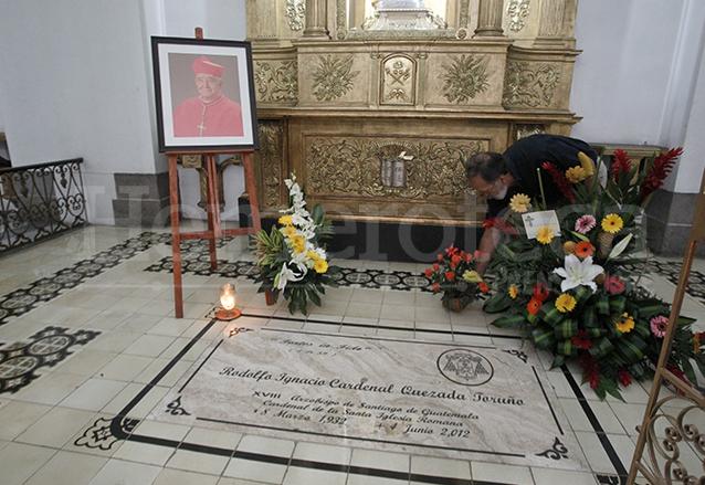 Tumba de monseñor Quezada en la capilla de Santiago Apóstol  en el interior de Catedral Metropolitana. (Foto: Hemeroteca PL)