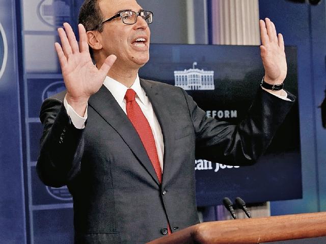Steven Mnuchi, secretario del Tesoro de EE. UU. trató ayer de calmar a los periodistas, quienes lo cuestionaron por el plan fiscal. (Foto Prensa Libre: Reuters)