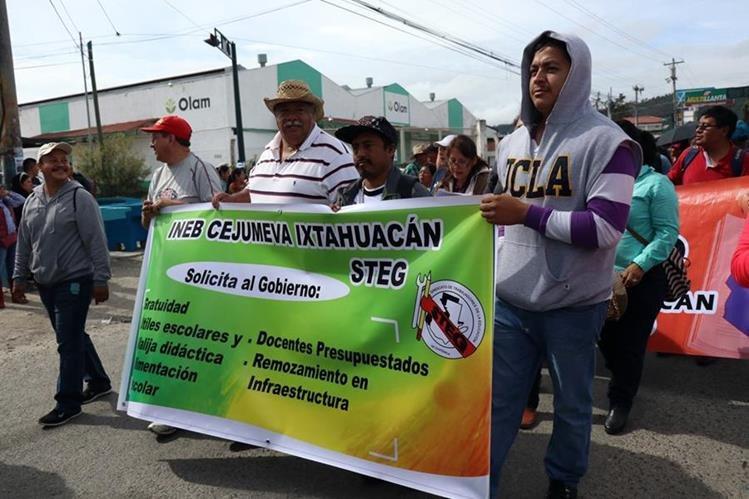 Maestros de Huehuetenango marcharon a la dirección departamental de Educación. (Foto Prensa Libre: Mike Castillo)