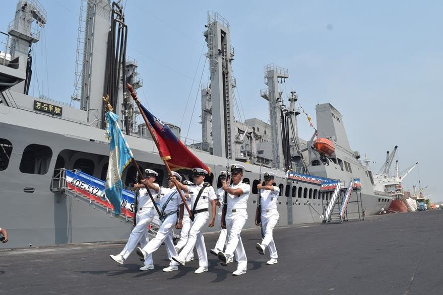Integrantes de la Marina de Guatemala reciben a tripulación de buques taiwaneses, en Puerto Quetzal. (Foto Prensa Libre: Carlos E. Paredes)