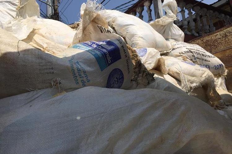 El cereal vencido fue trasladado en camiones por autoridades del Ministerio Público, de Salud y Ambiente. (Foto Prensa Libre: Eduardo Sam Chun)
