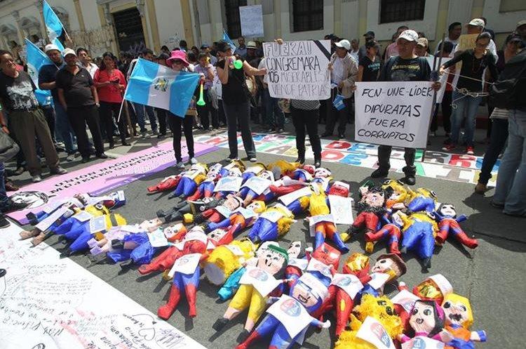 Manifestantes llevaron piñatas que representaban a los partidos políticos y las  quemaron frente al Congreso. (Foto Prensa Libre: Érick Ávila)