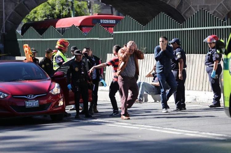 Familiares de la víctima llegaron al lugar para identificarla. (Foto Prensa Libre: Erick Ávila)