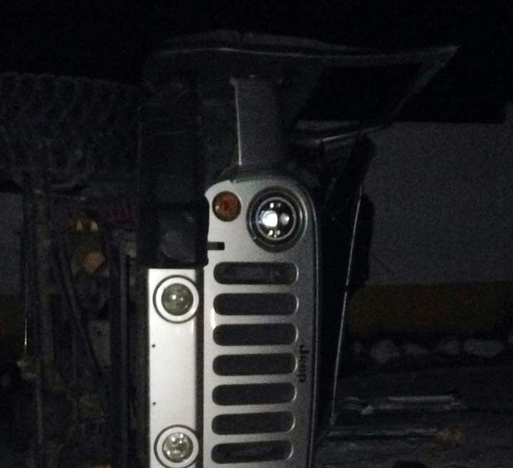 El vehículo tipo agrícola quedó volcado sobre la carretera. (Foto Prensa Libre: Bomberos Municipales Departamentales)
