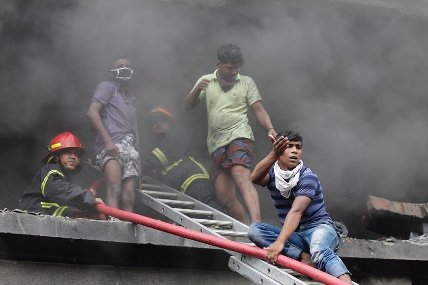 Voluntarios se unen al rescate de víctimas. (AP)