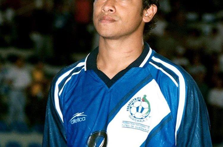 Carlos Humberto Ruiz luce la camisola de Guatemala en el 2000. (Foto Prensa Libre: Hemeroteca PL)
