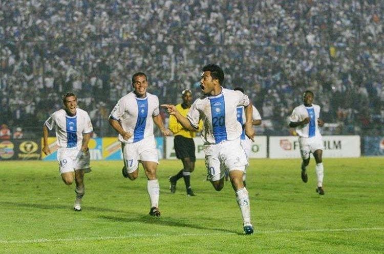 El Pescado Ruiz festeja la victoria ante Honduras, que le dio el pase a la segunda ronda a Guatemala en 2004. (Foto Prensa Libre: Hemeroteca PL)