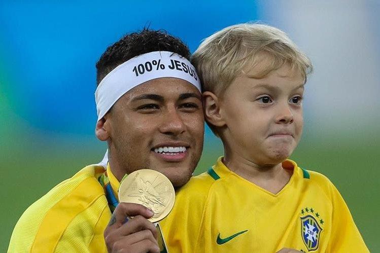El brasileño Neymar Jr. (i) posa con su hijo Lucas, al ganar la medalla de oro de la competencia de futbol masculino de los Juegos Olímpicos Río 2016 (Foto Prensa Libre: EFE)