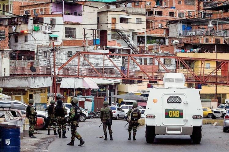Soldados de  la Guardia Nacional Bolivariana participan en un operativo en el sector Cota 905 en Caracas, Venezuela. (Foto Prensa Libre:EFE)