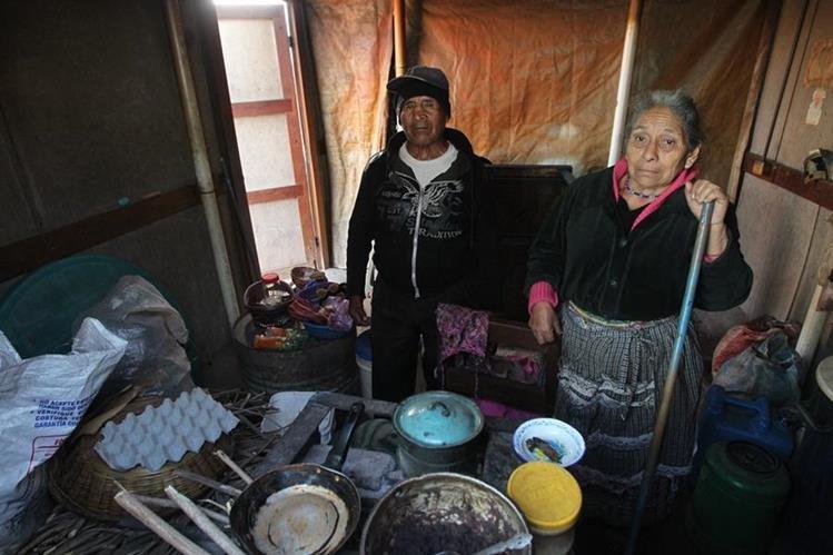 Juan Monroy, de 70 años, y su esposa, Clemencia Chavac, vivieron 40 años en el cerro Alux y aún esperan la ayuda ofrecida. (Foto Prensa Libre: Álvaro Interiano)