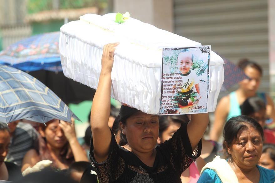 Vecinos acompañan  el sepelio de Mauricio Leonardo Sinay,  quien era trasladado en estado delicado al Hospital General  por problemas respiratorios. (Foto Prensa Libre: Érick Ávila)