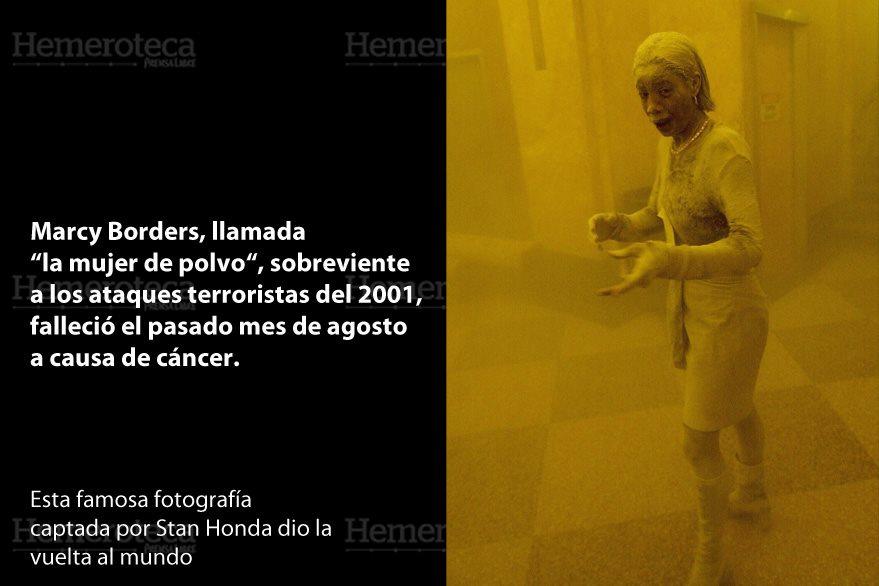 Mujer sale cubierta de polvo luego del derrumbe de las Torres Gemelas. (Foto: Stan Honda)