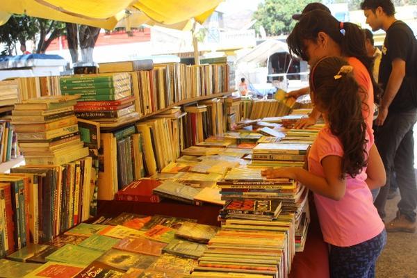 <p>En la Feria de Libro se ofrecen más de 40 mil textos. (Foto Prensa Libre: Óscar González).</p>