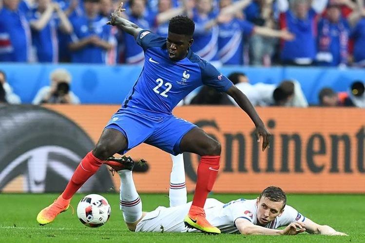 El defensa francés Samuel Umtiti fue parte de la selección de Francia durante la Eurocopa que finalizó el fin de semana. (Foto Prensa Libre: AFP)