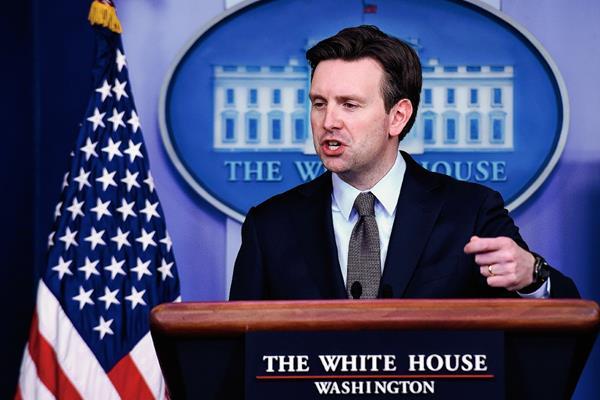 Josh Earnest, portavoz de la Casa Blanca,habla durante la conferencia de prensa. Foto Prensa Libre:AP)