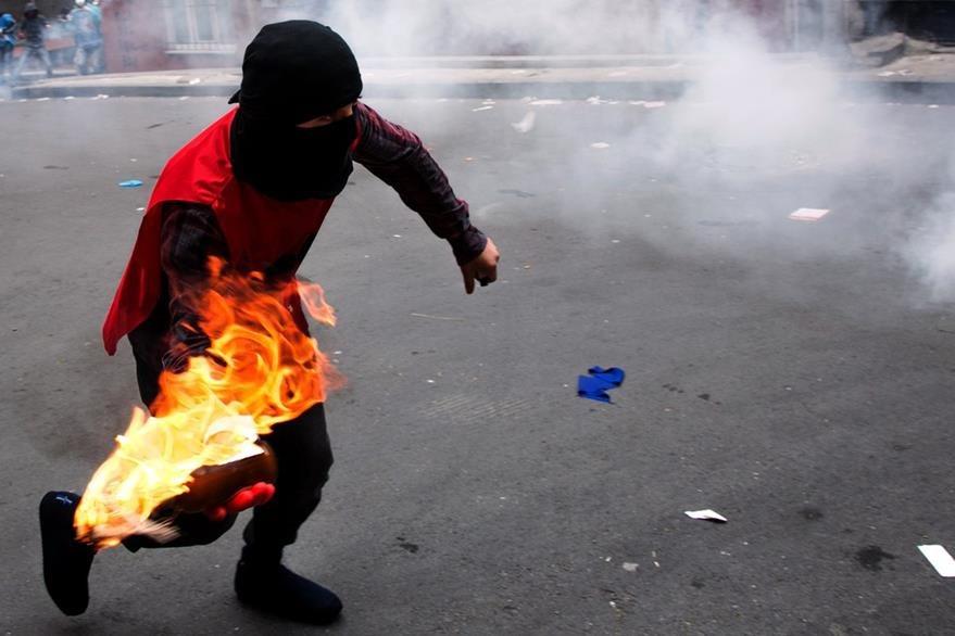 Un manifestante lanza una bomba molotov a la Policía en Estambul. (Foto Prensa Libre: AFP).