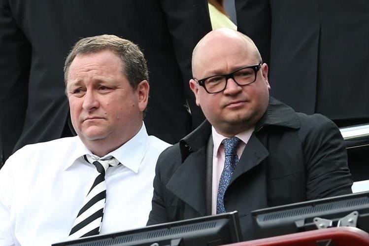 Lee Charnley (Derecha) junto a Mike Ashley durante un juego de Newcastle. Charnley fue detenido por supuesto fraude fiscal. (Foto Prensa Libre: AFP)