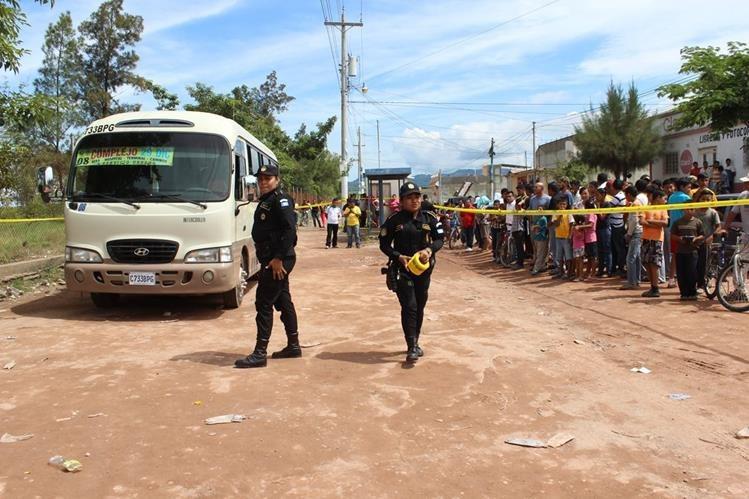 Unidad de transporte donde se cometió el doble crimen estaba estacionado, esperando turno de salida, frente al complejo deportivo de Jutiapa. (Foto Prensa Libre: Óscar González)