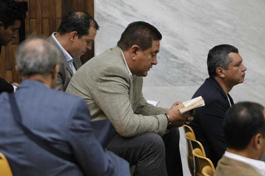 Gustavo Alejos sostiene entre sus manos una Biblia. (Foto Prensa Libre: Paulo Raquec)