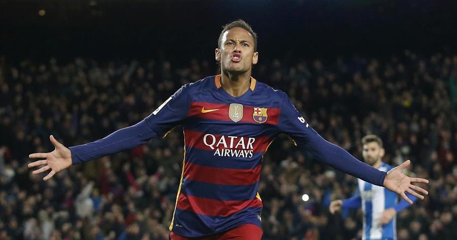 El brasileño Neymar y su padre han quedado libre de cargos en el juicio por un supuesto fraude fiscal en el traspaso del jugador al FC Barcelona. (Foto Prensa Libre: Hemeroteca)