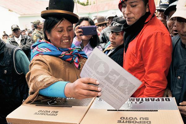 Bolivianos participan con alegría en comicios. (Foto Prensa Libre: AFP)