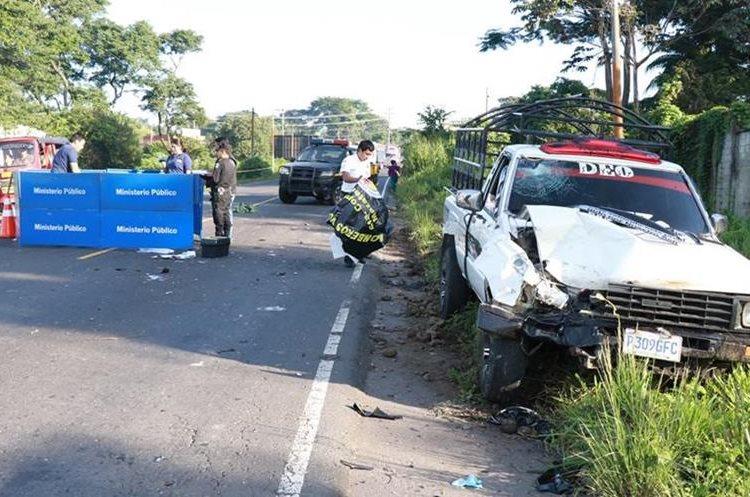 Fiscales del Ministerio Público, durante las diligencias por la muerte de un motorista en Mazatenango. (Foto Prensa Libre: Cristian I. Soto)