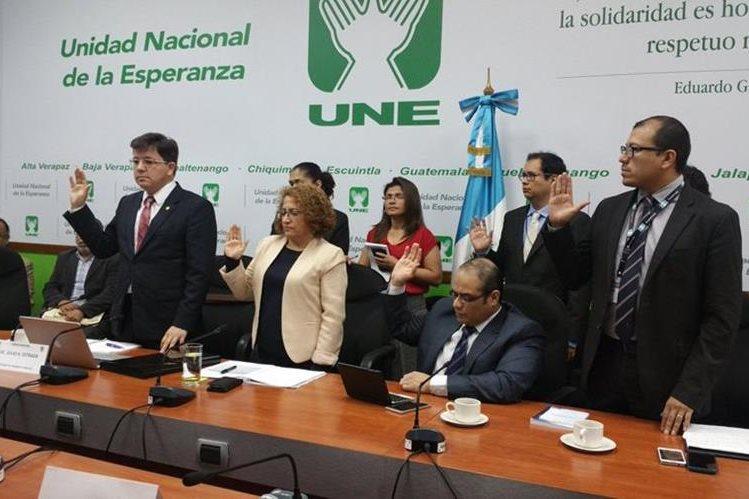 Autoridades de Finanzas son juramentados durante de la citación de diputados de UNE. (Foto Prensa Libre: Jessica Gramajo)