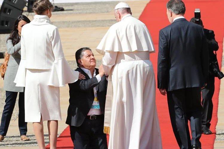 Papa Francisco rompió protocolos a su llegada a la casa de Gobierno en Colombia. (Foto Prensa Libre: EFE)