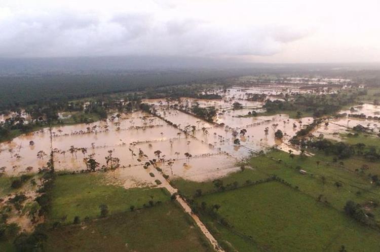 Esta mañana varias comunidades de Izabal, Petén, Alta Verapaz y Quiché amanecieron bajo el agua.