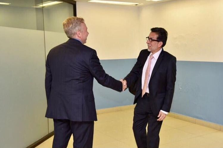 El nuevo embajador Luis Arreaga (derecha) se mostró complacido de arribar al país. (Foto: Embajada de EE. UU.)