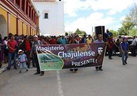 Maestros caminaron hacia gobernación y la dirección departamental de Educación. (Foto Prensa Libre: Héctor Cordero)