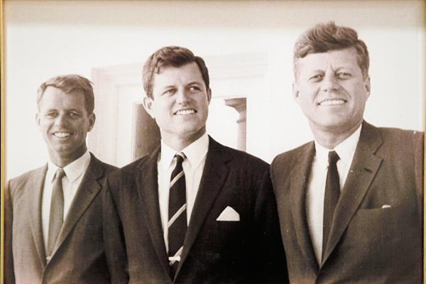 Robert F. Kennedy, a la izquierda, aparece con sus hermanos Edward y John. (Foto Prensa Libre: AP)