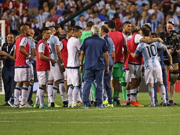 Messi fue felicitado por sus compañeros argentinos, por su regreso. (Foto Prensa Libre: AFP)