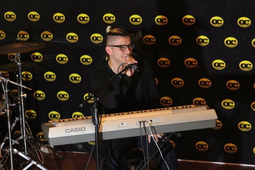 El artista huehueteco, durante su presentación con teclado, en las Olimpiadas Mundiales de las Artes.(Foto Prensa Libre: Cortesía)