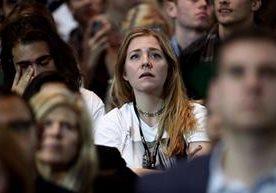 Caras largas se ven en los rostros de los simpatizantes de Clinton