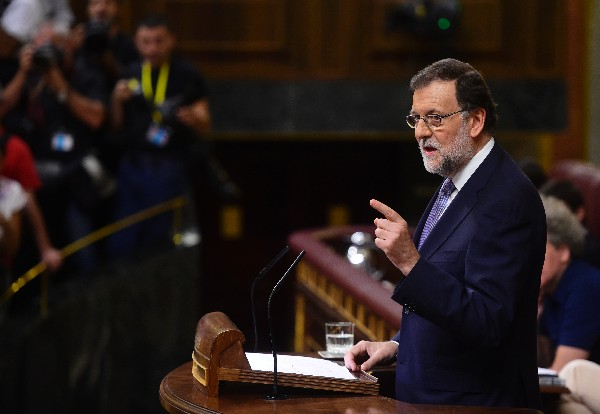 Mariano Rajoy, responde en su turno de réplica al líder del PSOE, Pedro Sánchez.(EFE)