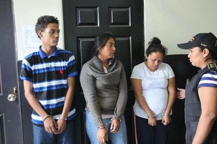 Josué López, Olga Cano y Mayda Barrientos, tres de los ocho detenidos por extorsión. (Foto Prensa Libre: Erick Ávila)