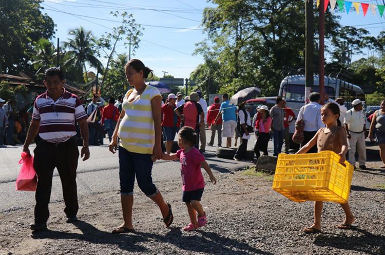 Personas caminan para evitar el bloqueo en Río Dulce, Izabal. (Foto Prensa Libre: Dony Stewart)