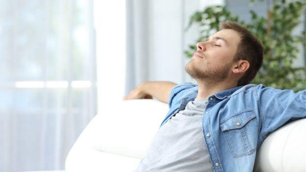 Con estos trucos ya te puedes relajar y escuchar tu música favorita desde el sofá. GETTY IMAGES