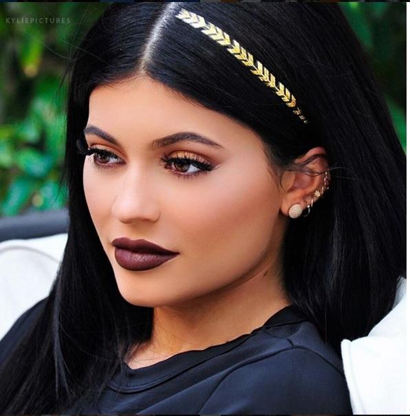 Ahora esta de moda llevar tatuajes en el cabello así lo demostró Kylie Jenner. (Foto Prensa Libre: Tomada de Instagram).